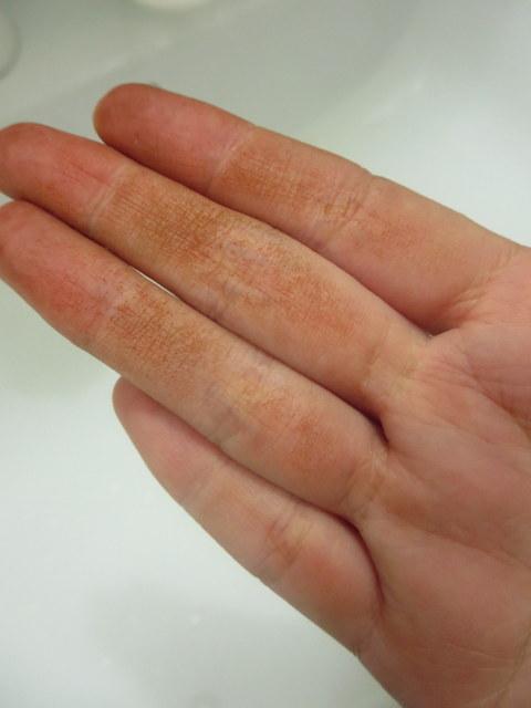 マイナチュレヘアカラートリートメント 石鹸で洗ったところ まだなんとなく指についています。